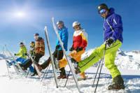 AdobeStock_45234379 ski groupe mixte ski debout réduit