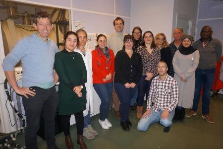 Photo de l'ensemble de l'équipe dans la salle des spectromètres
