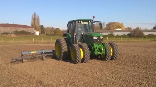Photo : désherbage mécanique après le semis de blé, avec un tracteur aux roues jumelées pour ne pas tasser le sol fragile du marais.