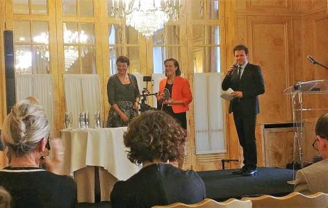 Pascale Chavatte-Palmer reçoit le trophée du Cercle K2